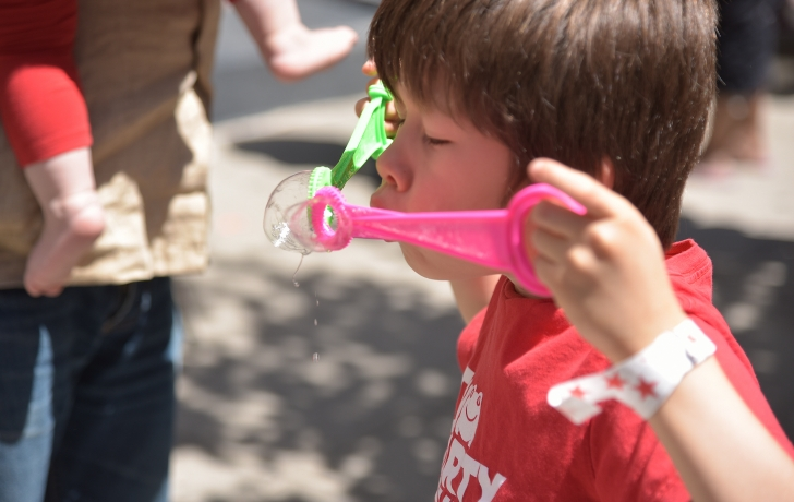 Bubble-blowing, simple but fun, as demonstrated by Kees Schouten. Photo: Carl Glassman/Tribeca Trib
