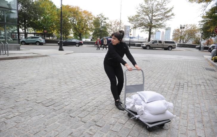 Krista Manrique hauls sandbags to Poets House on River Terrace. Carl Glassman/Tribeca Trib